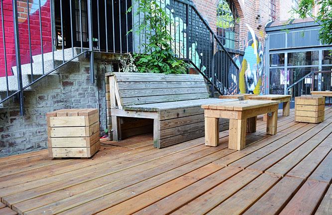 Kufa-Lärchenholzterrasse mit selbstgebauten Möbeln