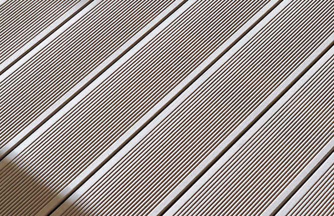 WPC-Terrassendiele, Detailansicht, braun, gerillt