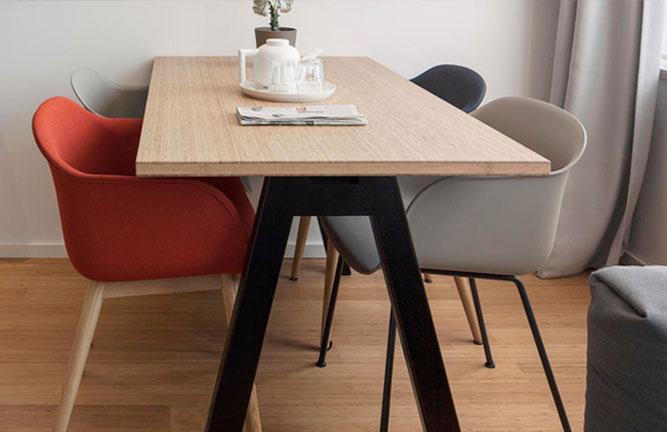 Tisch: Hochkantlamelle, Boden: Bambusparkett