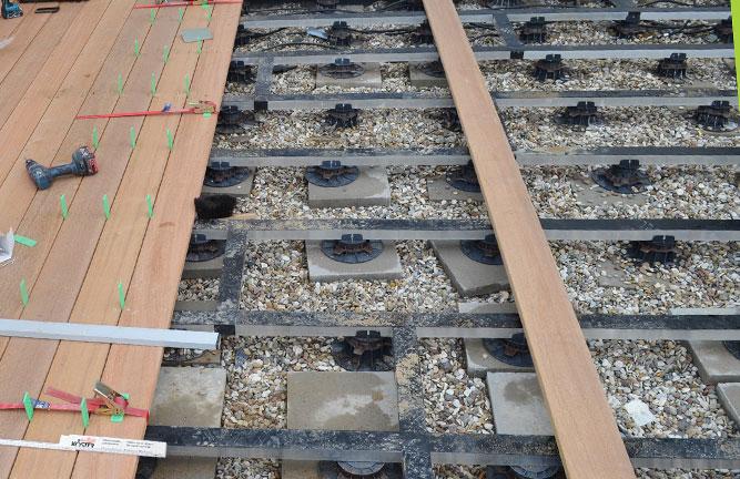 Terrassenbau: Unterkonstruktion mit Terrassenstellfüßen Porto