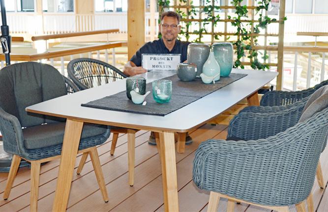 Tischgruppe mit Korbsessel
