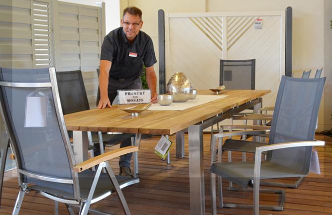 Tischgruppe mit recyceltem Teakholz und Edelstahl bei HolzLand Köster