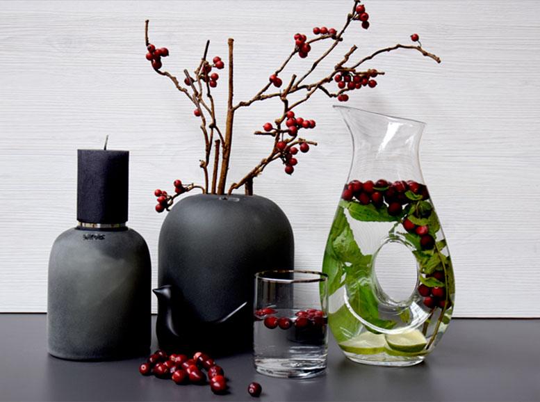 Glaskaraffe Buco mit Loch, Glasvase matt-schwarz, Kerze mit Silberring
