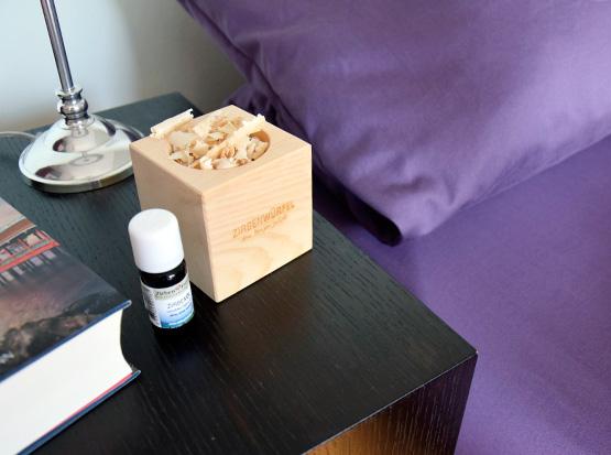 Die Zirbe - Zirbenwürfel mit Zirbenöl und Zirbenspäne im Schlafzimmer