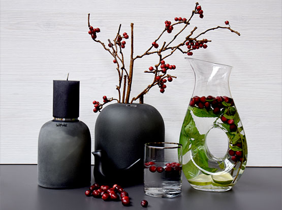 Glaskaraffe Buco, Glasvase matt-schwarz, Kerze mit Silberstreifen, Keramikvogel