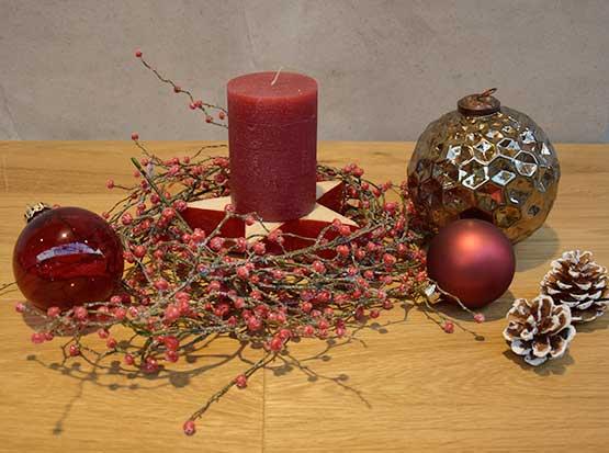 Weihnachtsdeko, Beerenzweig, Glaskugeln