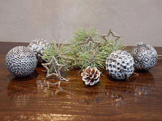 Silbersterne, Glaskugeln silber-schwarz, Kunstzweige
