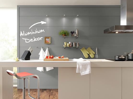 Wand und Decke: Systempaneele Nova, Dekor Aluminium, in der Küche
