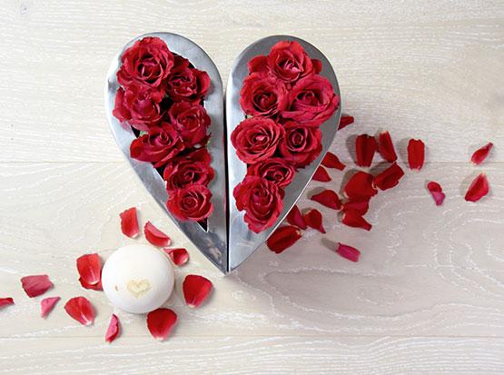 zweitielige Vase in Herzform, Zirbenkugel mit Herzgravur