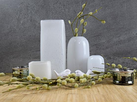 Osterdeko, weiße Glasvasen, rund und eckig, Teelichter, Keramikvögel, Kätzchenzweig