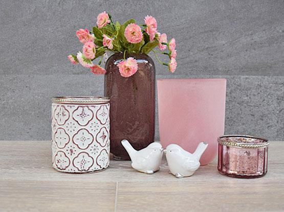 Frühlingsdeko: Windlichter, Glasvasen, Teelichter in altrosa mit weißen Keramikvögeln