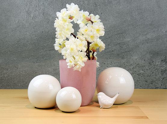Weiß-glänzende Keramikkugeln mit Glasvase in altrosa