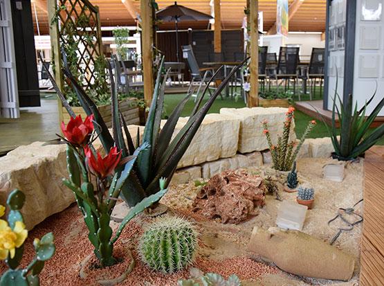Große schön gestaltete Gartenmöbel-Ausstellung
