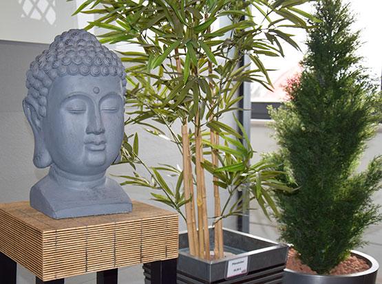 Große Gartenausstellung mit Buddhafiguren