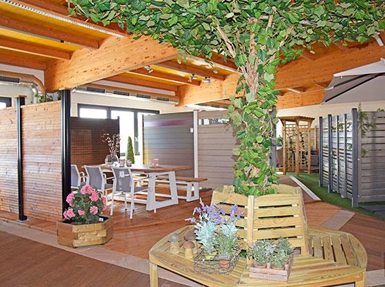 Große Gartenausstellung mit Baumbank und Terrassendecks