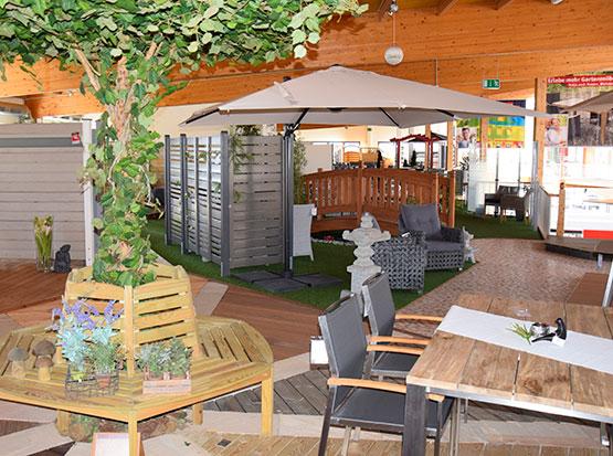 Große Gartenausstellung mit Terrassendecks und Sichtschutzelementen