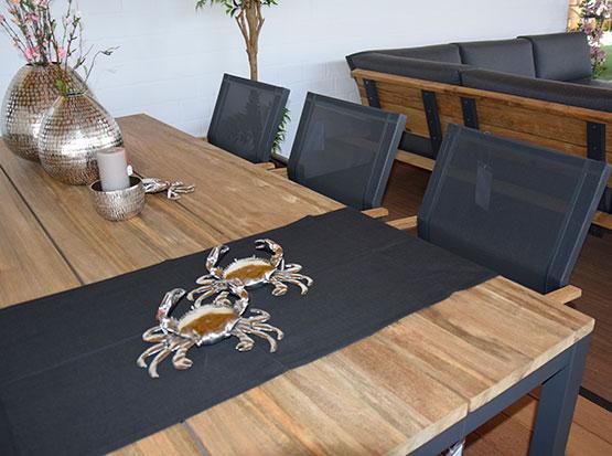 Schöne Gartenmöbel mit schönen Tischdekorationen