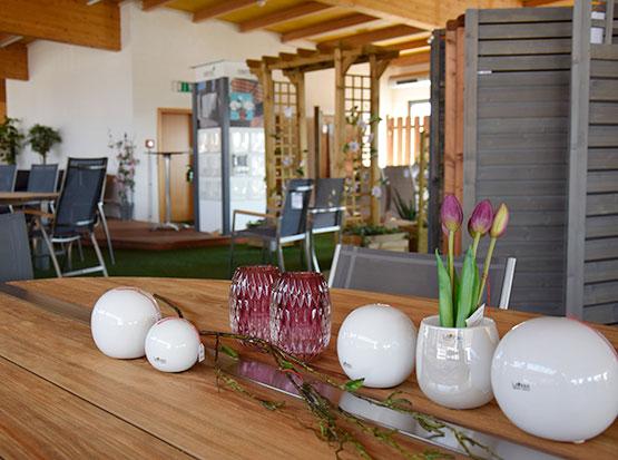 Große Gartenmöbel-Ausstellung mit Tischdekorationen