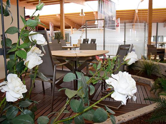 Große Gartenmöbel-Ausstellung mit Gartensitzgruppen und Loungemöbeln