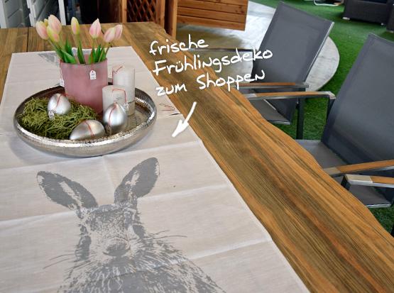 Große Gartenmöbelausstellung mit Tischen aus recyceltem Teakholz und Osterdekoration
