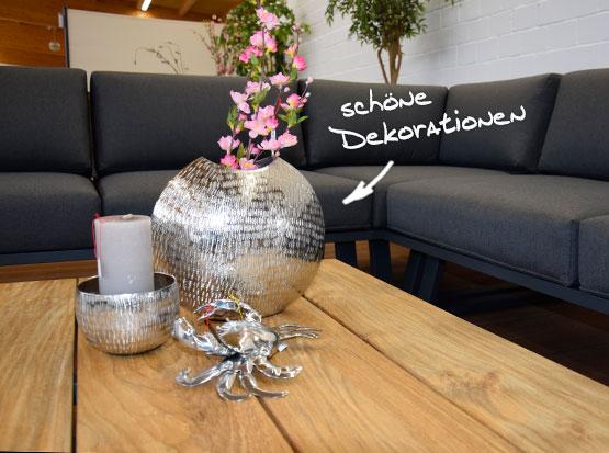 Große Gartenausstellung mit Loungegruppen und Tischdekorationen