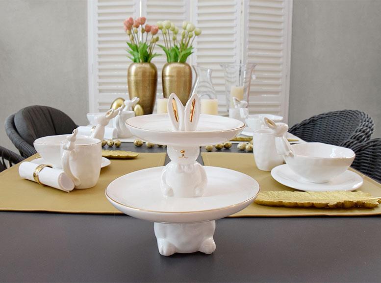 Deko für die Osterzeit: Frühstückstisch mit Osterhasenbecher, Osterhasen-Etagere und Osterhasen-Müslischalen