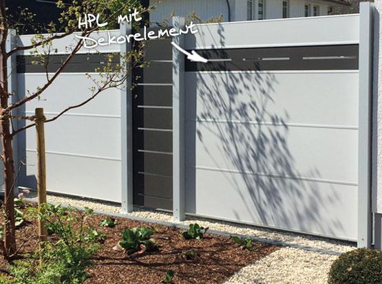 Sichtschutzzaun aus HPL mit Dekorelementen aus Aluminium pulverbeschichtet