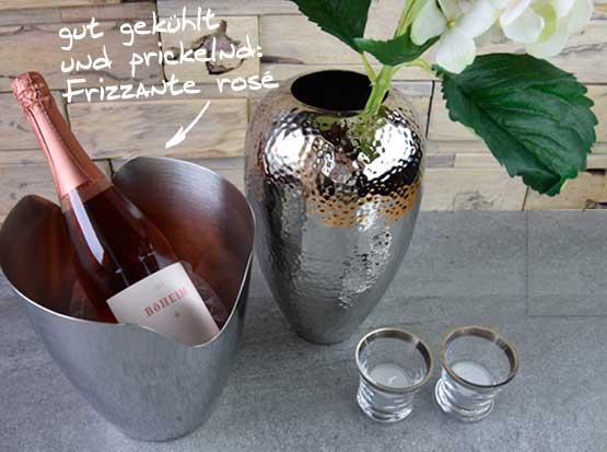 Sektkühler mit Frizzante rosé, Metallvase, Glasteelicht