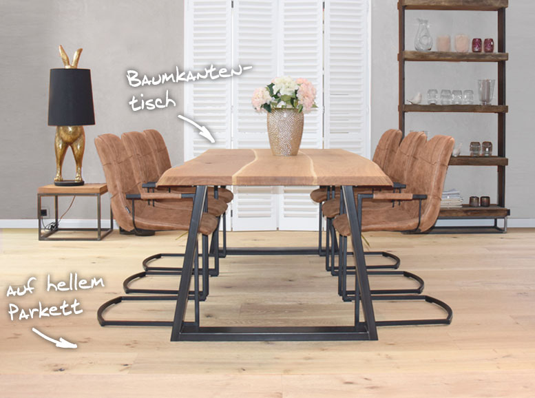 Massiver Holztisch mit Baumkante auf Parkett