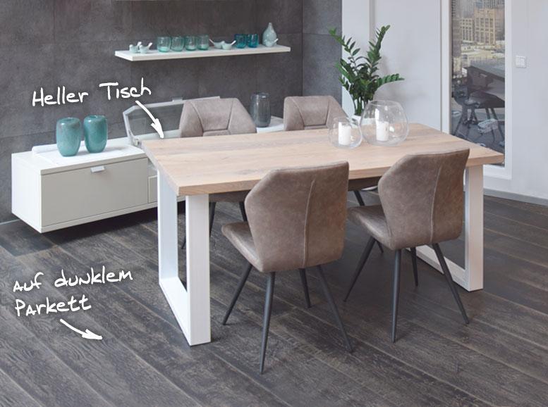 Massiver Holztisch mit weißem Stahlgestell auf Parkett