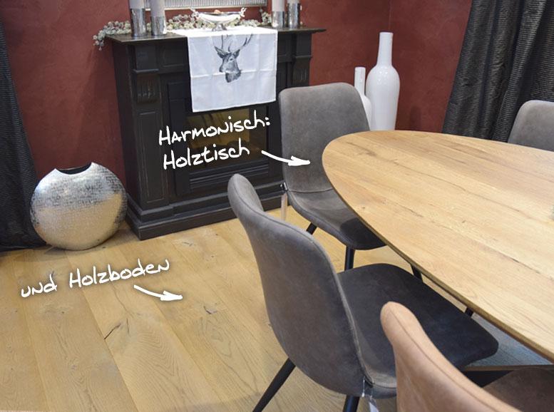 Holztisch auf Holzboden