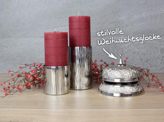 Weihnachtsdeko: Kerzenleuchter und Weihnachtsglocke mit Beerenzweig