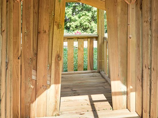 Ein SPielturm aus Holz von Innen