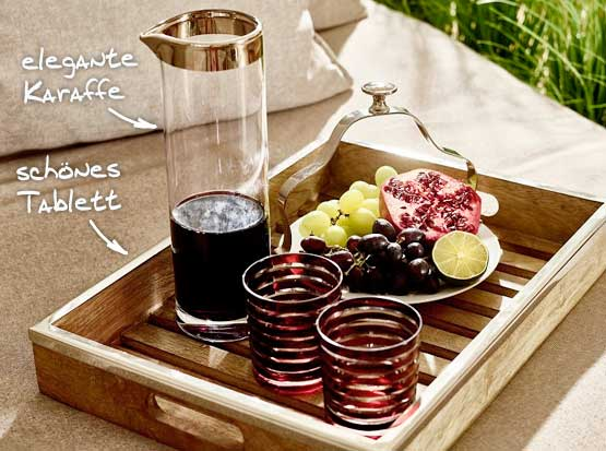 Glaskaraffe und Holztablett mit Edelstahlrand