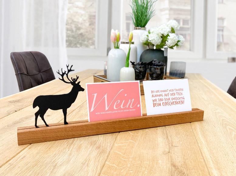 Handgefertigter Kartenhalter aus Eichenholz mit Hirsch