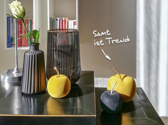 Herbstdeko: Samt-Äpfel, Windlicht und Vase